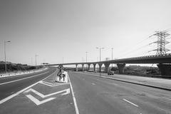 Straßenkreuzungs-Landstraßen-Schwarz-Weiß Stockbild