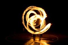 Straßenkunst, Mann, der mit Flammen spielt Lizenzfreie Stockbilder