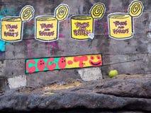 Straßenkunst nahe bei Batu Bolong, das unbrauchbare Dosen, Abfall und Kokosnuss zeigt stockfotos
