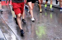 Straßenläufer im Regen Lizenzfreie Stockfotos