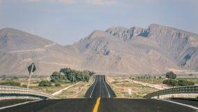Straßenlandschaft mit Gebirgshintergrund Lizenzfreies Stockbild