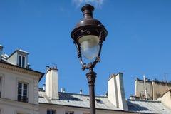 Straßenlaterne über traditioneller Pariser Architektur Stockfotos