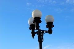 Straßenlaterne auf blauer Himmel-Hintergrund Stockfotos