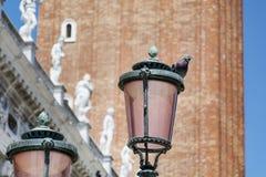 Straßenlaterne auf einem schönen Weinlesegebäudehintergrund Stockfotografie