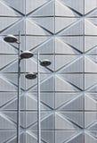 Straßenlaterne auf futuristischem Architekturhintergrund Stockfoto