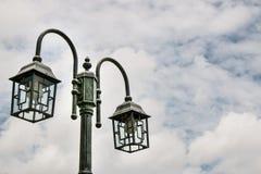 Straßenlaterne auf Himmelhintergrund Stockfotos