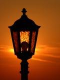 Straßenlaterne bei Sonnenuntergang Stockbild