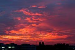 Straßenlaterne, das das Sonnenunterganglicht belichtet stockbild