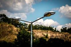 Straßenlaterne, die auf bewölktem Tageslicht arbeitet lizenzfreie stockfotos