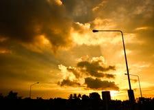 Straßenlaterne im orange Himmel lizenzfreies stockfoto