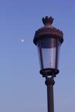 Straßenlaterne mit blauem Himmel und einem Mondhintergrund Stockfoto