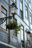 Straßenlaterne mit Blumen Stockbild
