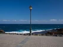 Straßenlaterne mit dem Meer Stockfotografie