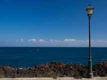 Straßenlaterne mit dem Meer Stockbilder