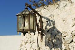Straßenlaterne mit energiesparender Birne in Pyrgos, Santorini, Griechenland Lizenzfreies Stockbild