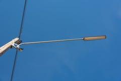 Straßenlaterne mit Halogenlampe gegen blauen Himmel in Thailand Lizenzfreie Stockfotografie