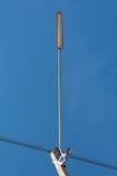 Straßenlaterne mit Halogenlampe gegen blauen Himmel in Thailand Stockfoto