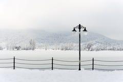 Straßenlaterne mit Schnee Lizenzfreies Stockfoto
