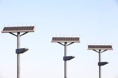 Straßenlaterne mit Sonnenkollektor lizenzfreies stockbild