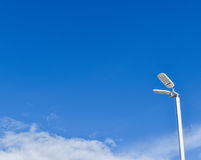 Straßenlaterne und der blaue Himmel Lizenzfreie Stockbilder