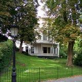 Straßenlaterne und Haus im Park stockbild