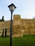 Straßenlaterne und mittelalterliche Festungswand Stockbilder