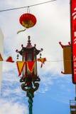 Straßenlaterne und rote Papierlaterne im China-Stadtbezirk Stockfotos