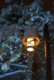 Straßenlaterne- und Schneeszene Stockfoto