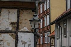 Straßenlaterne und Steinwand in einer alten Stadt Stockbild