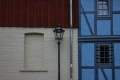 Straßenlaterne und Steinwand in einer alten Stadt Lizenzfreie Stockbilder