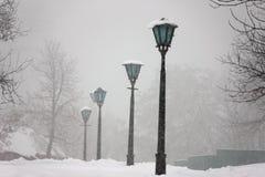 Straßenlaterne unter Schnee - nette Winterszene Stockfotografie