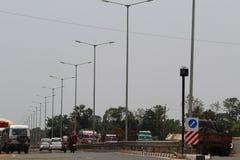 Straßenlaterneangebracht in die Mitte von zwei Wegen Stockfotografie