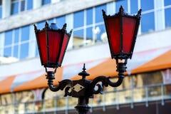 Straßenlaternebeleuchtung geschmiedet vom Metall lizenzfreie stockfotografie