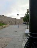Straßenlaternen auf einer mittelalterlichen Straße Lizenzfreies Stockbild