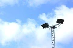Straßenlaternen im Hintergrund des blauen Himmels Stockbilder