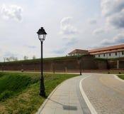 Straßenlaternen nahe einer Festung Lizenzfreies Stockfoto