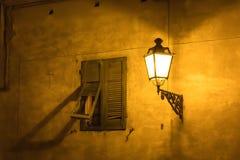 Straßenlaternenahe altem Fenster, Italien stockfoto