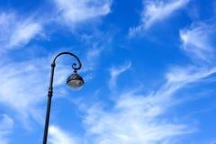 Straßenlaternenpfahl gegen den blauen Himmel Lizenzfreies Stockfoto
