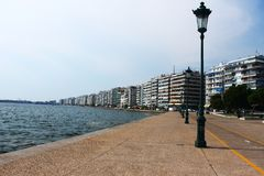 StraßenlaternePfosten auf der Seeseite von Saloniki stockfotografie