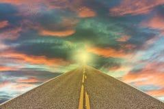 Straßenlauf in das Licht auf Sonnenuntergang Lizenzfreie Stockbilder
