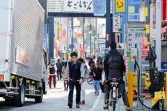 Straßenleben nachts in Shinjuku stockbilder