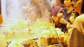 Straßenlebensmittel in Asien stock video