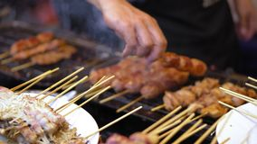 Straßenlebensmittel in Asien traditionelle Teller der Straßenküche Nachtlebensmittelmärkte stock video footage
