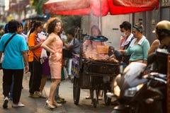 Straßenlebensmittel, ein lebhafter Handel in einem der zentralen Bereiche der Stadt Stockfoto