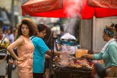 Straßenlebensmittel, ein lebhafter Handel in einem der zentralen Bereiche der Stadt Lizenzfreie Stockbilder