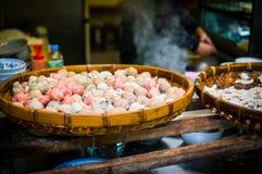 Straßenlebensmittel - Fishballs und Fleischklöschen Lizenzfreie Stockbilder
