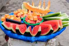 Straßenlebensmittel Frucht der Papaya, der Wassermelone und der Gurke mit einem scharfen grünen Chutney Lizenzfreie Stockfotografie
