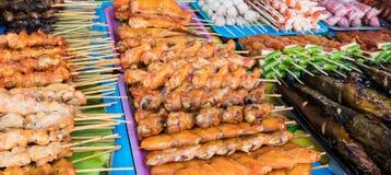 Straßenlebensmittel klemmt fest, Meeresfrüchte, gegrilltes Huhn, BBQ verkaufend, dort Stockbild