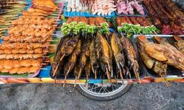 Straßenlebensmittel klemmt fest, Meeresfrüchte, gegrilltes Huhn, BBQ verkaufend, dort Stockfoto