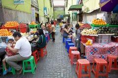 Straßenlebensmittel am Markt Bogyoke Aung San, Rangun, Myaanmar Lizenzfreies Stockfoto